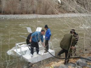 Pływająca pompa źródłem wody pamirskiej wsi Vesnav.