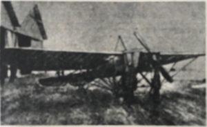 Włodzimierz Mazurkiewicz przed samolotem Bleriot XI na nieustalonym lotnisku (Skrzydlata Polska nr 41/1976)