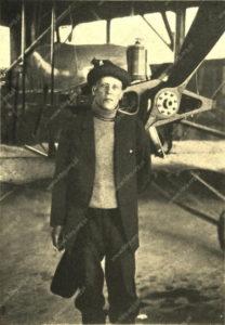 Włodzimierz Mazurkiewicz przed samolotem Caudron G.3 w chińskiej szkole pilotażu w Peiping.