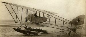 Samolot Caudron G.3 lotnictwa chińskiego z zamontowanymi pływakami. Na samolotach tego typu W. Mazurkiewicz szkolił pilotów w pierwszej szkole lotniczej w Chinach.