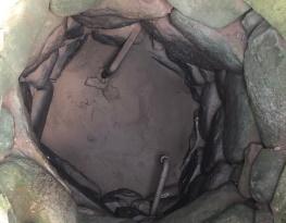 Wyschnięta, 200-letnia kamienna studnia w Mieruniszkach.